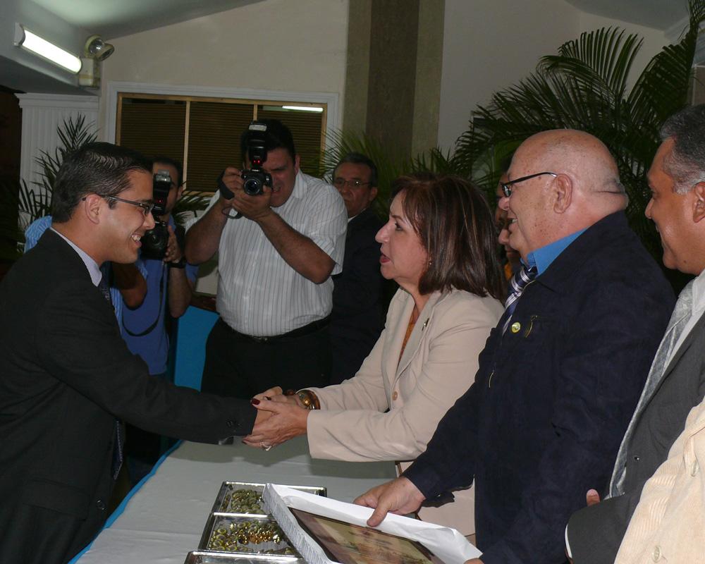 Reconocimiento que se hizo en el año 2010 por el Colegio de Médicos del estado Zulia: Por su destacada labor en el campo de la Investigación y la Ciencia, y por haber resultado ganador del Premio Nacional de Urología Dr. Carmelo Lauría
