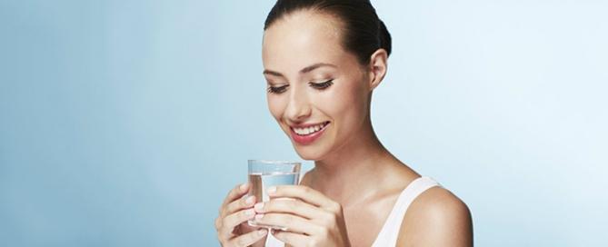 ¿Por qué debemos tomar tanta agua?